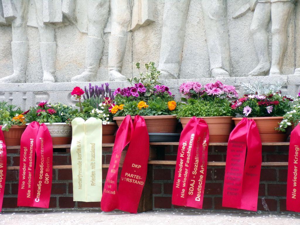 Blumen am Denkmal