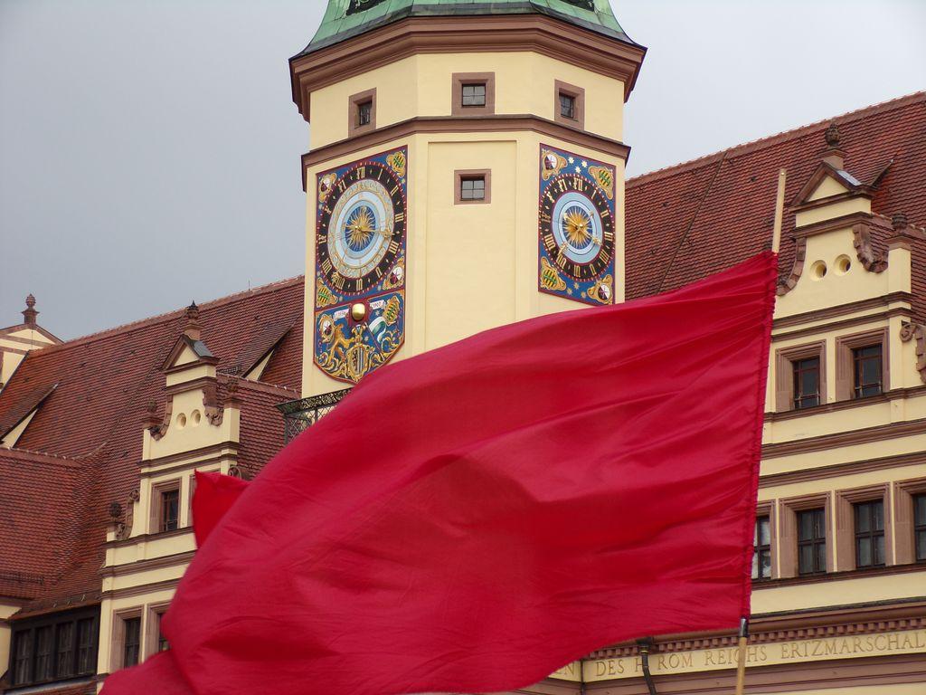 Rote Fahne vor dem Rathaus